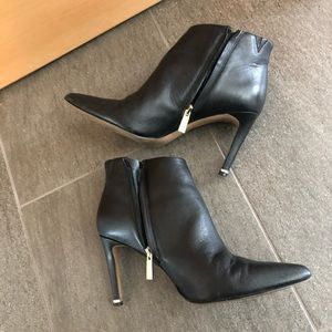 EUC black and gold size 8 Kenneth Cole booties
